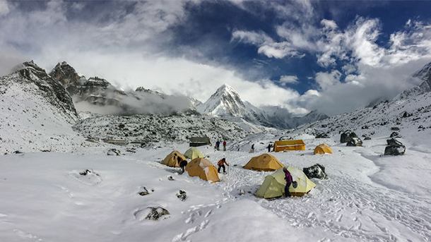 Researchers measure ice loss in land- and lake-terminating glaciers around Mount Everest. Image courtesy of Owen King